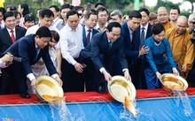 Chủ tịch nước Trần Đại Quang (giữa) thả cá chép trên kênh Tàu Hũ.