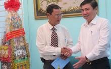 Tiến sĩ Hồ Hữu Nhựt, bắt tay Chủ tịch UBND TP.