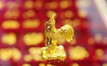 Sản phẩm gà bằng vàng được nhiều doanh nghiệp tung ra trong ngày thần tài năm nay. Ảnh: KL.
