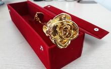Loại hoa hồng mạ vàng 24K được anh Đạt nhập từ Ấn Độ và bán với giá 1,5 triệu đồng/bông.