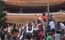 Tranh cướp lộc tại Lễ hội chùa Hương (Hà Nội).