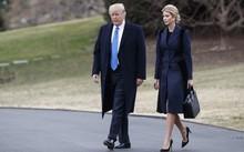 Tổng thống Donald Trump và con gái Ivanka đi bộ đến trực thăng Marine One trên bãi cỏ phía Nam của Nhà Trắng ở Washington. Ảnh: AP.