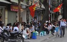 Tình trạng lấn chiếm vỉa hè ở Hà Nội diễn ra thường xuyên