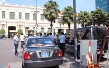 Xe UBND quận 9 bị lực lượng chức năng quận 1 lập biên bản do đậu trái phép trên đường Nguyễn Huệ, trước trụ sở UBND TP. Ảnh: Thuận Lâm.