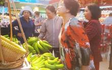 Từ sáng đã có nhiều người chọn mua chuối 5.900 đồng/kg.
