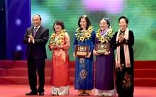 Thủ tướng Nguyễn Xuân Phúc, nguyên Phó Chủ tịch nước Nguyễn Thị Doan trao Giải thưởng Kovalevskaia năm 2016 cho các tập thể, cá nhân.