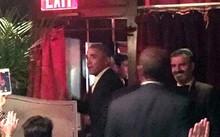 Cựu tổng thống được các thực khách vẫy chào khi ông rời đi cùng vợ và con gái. Ảnh: Daily Mail.