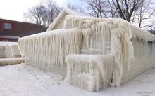 Ngôi nhà ở Webster, New York, bị bao phủ trong lớp tuyết dày 18 cm. Ảnh: John Kucko
