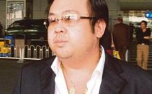 Kim Jong Nam, anh trai cùng cha khác mẹ của lãnh đạo Triều Tiên Kim Jong Un, đeo dây chuyền vàng và dây chuyền có mặt hình Phật tại sân bay quốc tế Bắc Kinh năm 2004. Ảnh: Huffington Post.