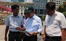 Ông Trần Thế Thuận đang khảo sát Công viên Bạch Đằng, nơi dự kiến tổ chức Phố hàng rong sau khi quận lập lại trật tự đô thị.
