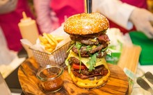 Chiếc bánh burger được coi là đắt đỏ nhất thế giới. Ảnh: FoCP