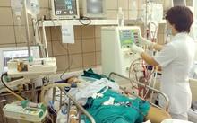 Bệnh nhân ngộ độc rượu do methanol cấp cứu tại Trung tâm Chống độc, Bệnh viện Bạch Mai. Ảnh: Thanh Hải.