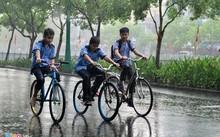 Mưa lớn bất ngờ đổ xuống Sài Gòn giữa mùa khô.
