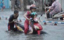 Nhiều người ướt sũng khi qua đoạn đường ngập.