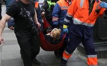 Một người bị thương được nhân viên cứu hộ đưa ra từ hiện trường. Ảnh: Reuters.