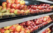 Trái cây ngoại được bày bán khá nhiều tại siêu thị, chợ.