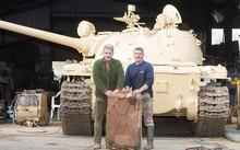 Hai người đàn ông bất ngờ tìm thấy 25 kg vàng trong thùng xăng của một chiếc xe tăng cũ. Ảnh: The Sun.