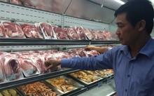 Người dân băn khoăn trước việc lựa chọn các loại thịt lợn.