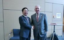 Phó thủ tướng, Bộ trưởng Ngoại giao Phạm Bình Minh (trái) gặp gỡ Ngoại trưởng Mỹ Rex Tillerson bên lề Hội nghị Bộ trưởng Ngoại giao Nhóm G20 tại Bonn, Đức. Ảnh: TTXVN.