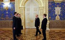 Tổng thống Nga Vladimir Putin nhận valy Cheget tại điện Kremlin năm 2012. Ảnh: AFP.