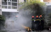 Vụ cháy nhà cao tầng ở quận 1 chiều nay khiến nhiều người mắc kẹt.