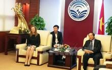 Bộ trưởng Trương Minh Tuấn (phải) và đại diện cấp cao của Facebook trong buổi làm việc.