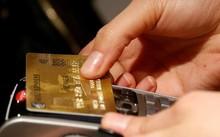 Khách hàng sử dụng thẻ tín dụng không tiếp xúc tại Paris. Ảnh: Reuters