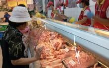 Giá bán thịt tại các siêu thị có giảm so với trước, nhưng không nhiều.