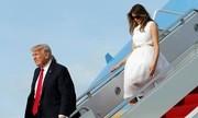 Ông Trump đi xuống cầu thang mà không chờ bà Melania. Ảnh: Twitter