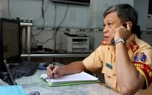 Đại úy Lê Kim Tùng, trực ban của PC67, đang tiếp nhận thông tin qua đường dây nóng.