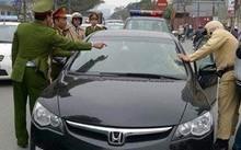 Tài xế tông xe, hất cảnh sát giao thông từ nắp capô xuống đường