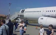 Hành khách hoảng loạn rời khỏi máy bay sau sự cố.