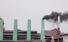 Ống khói đang cuồn cuộn xả khói thải đen sì theo hướng gió thổi thẳng vào nhà dân
