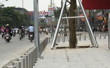 Hàng rào cọc sắt cao kéo dài cả trăm mét trên đường Trường Chinh - Lê Trọng Tấn.