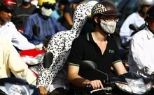 Người dân Hà Nội ra đường phải đối phó với khói bụi.