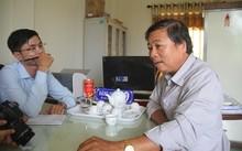 Ông Đặng Ngọc Dũng (bên phải) đang bị thanh tra vì khai man tuổi.