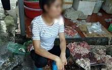 Chị Xuyến cùng khoảng 50kg thịt lợn bị hắt dầu luyn trộn với chất thải. Ảnh cắt từ video.