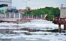 'Tuyết' phủ trắng kênh sau cơn mưa lớn ở TP.HCM