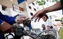 Các chuyên gia cho rằng, cần sớm có lộ trình cho tăng thuế bảo vệ môi trường với xăng dầu để doanh nghiệp không bị động.