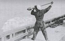 Một thủy thủ Anh sử dụng giáo nổ. Ảnh: Osborneink.
