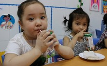 Học sinh tham gia chương trình 'Sữa học đường.'