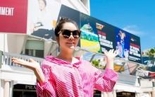 Lý Nhã Kỳ khoe dáng trên đường phố với tấm ảnh quảng bá in chân dung cô. Ảnh: NVCC.