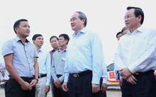 Chủ tịch Uỷ ban Trung ương MTTQ Việt Nam Nguyễn Thiện Nhân đi giám sát khai thác cát ở huyện Đan Phượng hồi đầu tháng 4/2017.