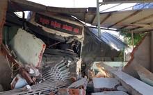 Xe tải sơmi rơmoóc đâm sập nhà dân.