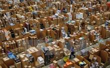 Công nhân làm việc tại một trung tâm của tập đoàn Amazon ở Hempstead, phía bắc London, Anh. (Nguồn: AFP/TTXVN)