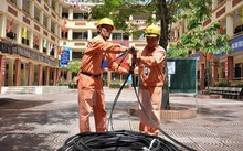 Công nhân điện lực Hà Nội kéo bổ sung nguồn dây cấp điện cho khu dân cư.