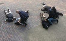 Cảnh sát London khống chế các nghi phạm. (Nguồn: thesun.co.uk)