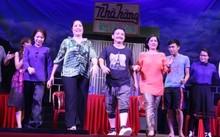 Hồng Vân (thứ hai từ trái qua) cho rằng quy định mới khiến nghệ sĩ sân khấu dễ nản lòng.