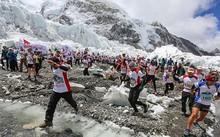 Số lượng người đăng ký chinh phục đỉnh Everest vào mùa xuân năm nay đạt mức kỷ lục. Ảnh: AFP