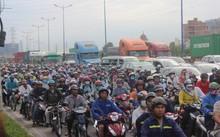 Hàng ngàn người chen chúc trên đại lộ Mai Chí Thọ